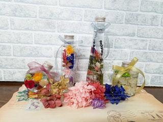 テーブルの上の花の花瓶の写真・画像素材[1408300]