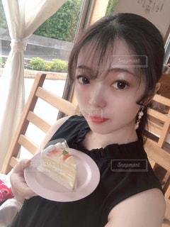 食事のテーブルに座っている少女の写真・画像素材[1451489]