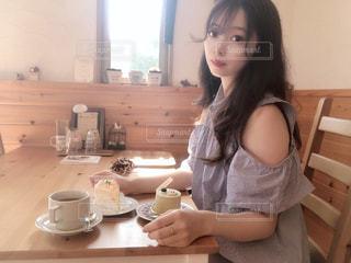 小さな女の子のテーブルに座っての写真・画像素材[1451494]