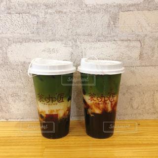 コーヒーやビール、テーブルの上のガラスのカップの写真・画像素材[1561669]