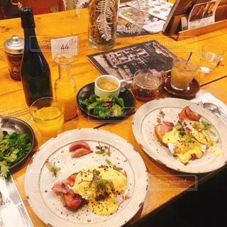 テーブルな皿の上に食べ物のプレートをトッピングの写真・画像素材[1561840]