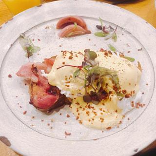 テーブルの上に食べ物のプレートの写真・画像素材[1561841]