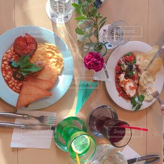 テーブルの上に食べ物のプレートの写真・画像素材[1561886]