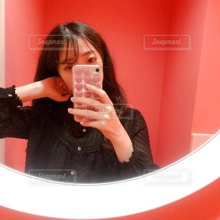 カメラにポーズを鏡の前に座っている女性の写真・画像素材[1561901]