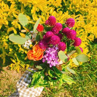 テーブルの上の花の花瓶の写真・画像素材[1597474]