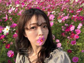 ピンクの花の女性の写真・画像素材[1605447]
