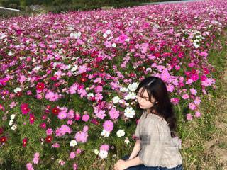 花の庭に立っている女性の写真・画像素材[1605450]