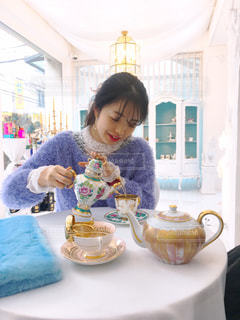 紅茶を注いでいる女性の写真・画像素材[1627642]