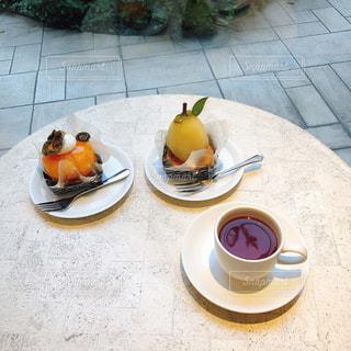 食品やコーヒー テーブルの上のカップのプレートの写真・画像素材[1643783]