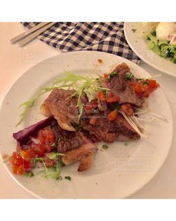 テーブルの上に食べ物のプレートの写真・画像素材[1643785]