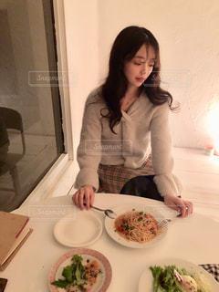食品のプレートの前に立っている女性の写真・画像素材[1643791]