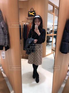 カメラにポーズ鏡の前に立っている人の写真・画像素材[1643799]