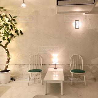 家具やテーブルの上の花瓶で満たされた部屋の写真・画像素材[1643801]