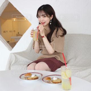 食事のテーブルに座っている女性の写真・画像素材[1687792]