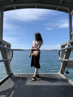 水の体の上、橋の上に立っている人の写真・画像素材[1827641]