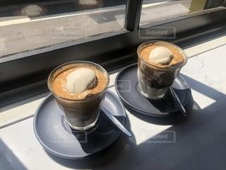 テーブルの上のコーヒー カップの写真・画像素材[1829971]