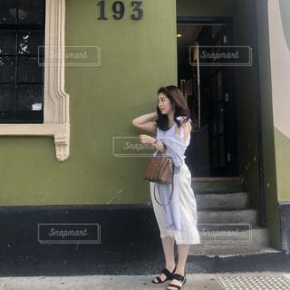 携帯電話で話している若い女の子の写真・画像素材[1829973]