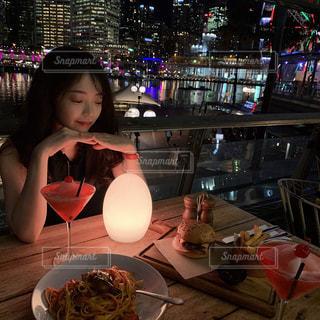 食品のプレートをテーブルに座っている少女の写真・画像素材[1853638]