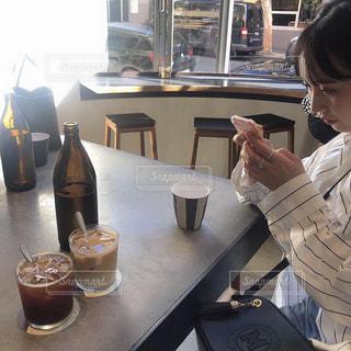 レストランのテーブルに着席した人の写真・画像素材[1911407]