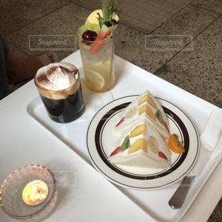 食べ物の皿とテーブルの上のコーヒー1杯の写真・画像素材[2314715]