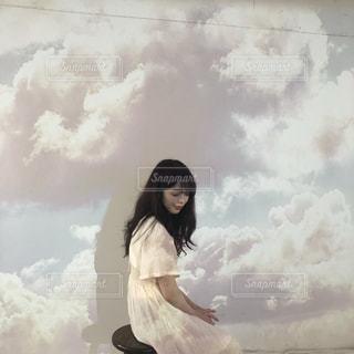 雲の前に立つ人の写真・画像素材[2314722]