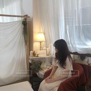 ベッドに座っている女性の写真・画像素材[2314724]