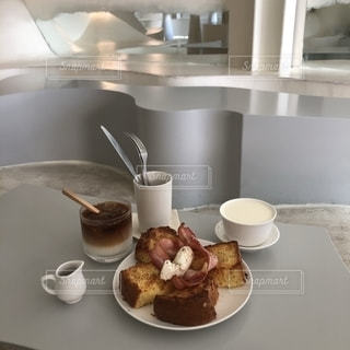 テーブルの上の食べ物の皿の写真・画像素材[2770280]