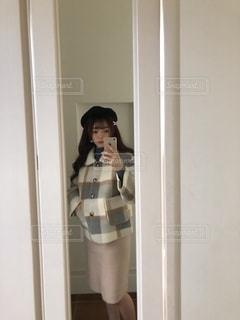 カメラに向かってポーズをとる鏡の前に立つ人の写真・画像素材[2779057]