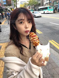 ホットドッグを食べる少女の写真・画像素材[2938306]