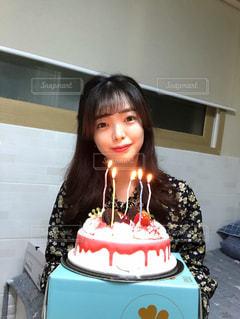 誕生日ケーキの前の写真・画像素材[2980709]