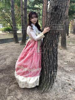 ピンクのドレスを着た少女の写真・画像素材[2980737]