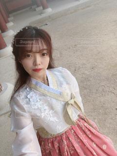 ピンクのドレスを着た少女の写真・画像素材[2980839]