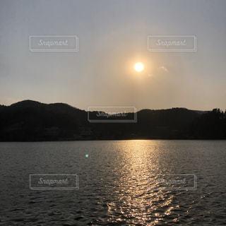 水の体に乗ったボートの写真・画像素材[3099160]