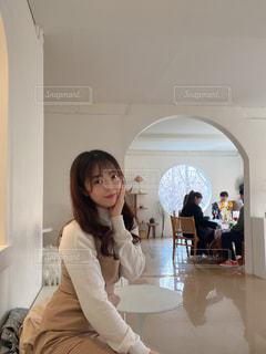 鏡の前に立ってカメラのポーズをとる女性の写真・画像素材[3137027]