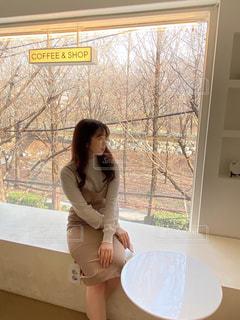 テーブルの上に座っている女性の写真・画像素材[3137031]