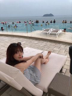 ビーチに座っている人の写真・画像素材[3190069]