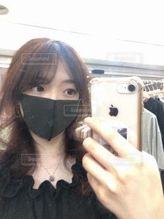携帯電話を持っている女性の写真・画像素材[3274571]