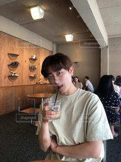 ワイングラスを持っている人の写真・画像素材[3327376]