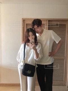 鏡の前に立っているカップルの写真・画像素材[3576043]