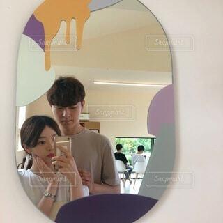 鏡の前に立っている男女の写真・画像素材[3645632]