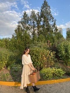 庭に立っている女性の写真・画像素材[3725359]