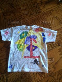 こどもが自作したTシャツのペイントの写真・画像素材[910864]