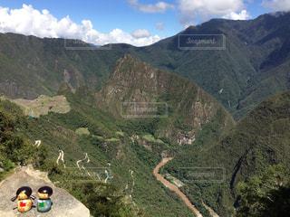 背景の大きな山 マチュピチュの写真・画像素材[909456]