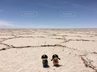 塩の平原の二人の写真・画像素材[909532]