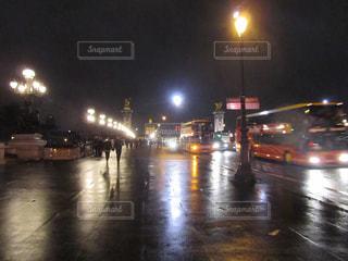雨の夜のパリの写真・画像素材[911376]