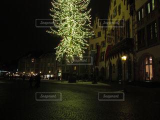 夜のライトアップされた街の写真・画像素材[911704]