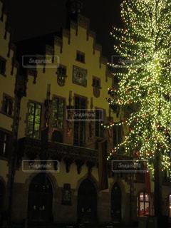 夜のライトアップされた街の写真・画像素材[911705]