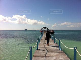 桟橋で、傘を持って歩いている女性の写真・画像素材[937478]