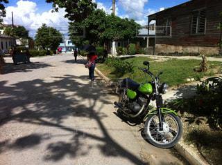 キューバを 日傘で歩く。の写真・画像素材[937483]