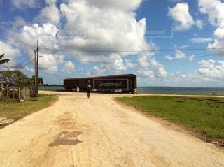 キューバの海沿いの村を歩く。 - No.937494